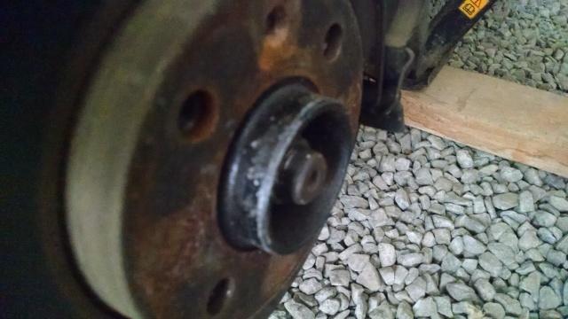 Veja as marcas deixadas por uma roda GM em um cubo VW.